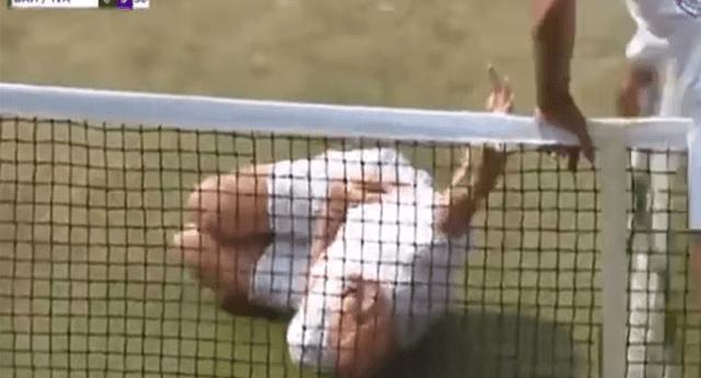 Un tenista recibió un pelotazo en la cabeza y decidió imitar a Neymar.