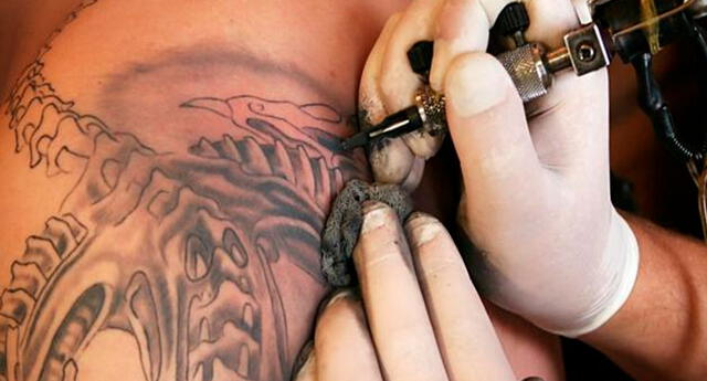 Mira lo que le sucede a tu cuerpo cuando te haces un tatuaje.