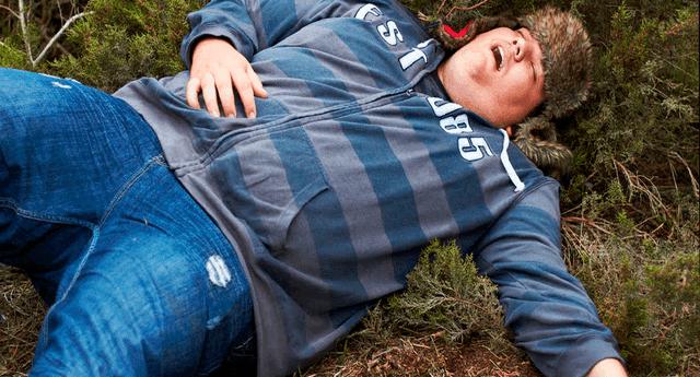 El hombre fue certificado muerto por una sobredosis de alcohol.