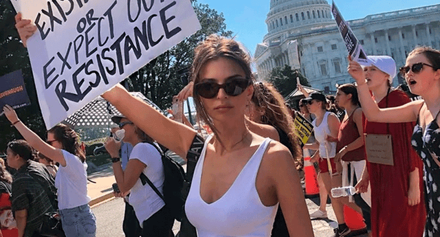Fotografía de Emily Ratajkowski durante la protesta del jueves 4 de octubre.