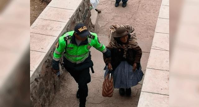 Un policía ayudó a una señora durante las elecciones.