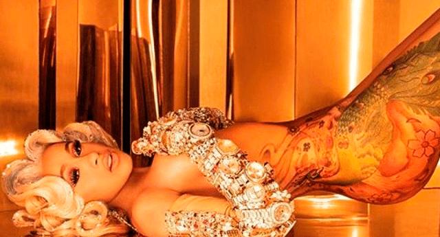 La cantante compartió fotografías de ella desnuda con el audio de su nueva canción.