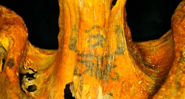Investigadores revelaron que los 30 tatuajes de la momia se encuentran repartidos entre los hombros, el cuello, la espalda y los brazos del cuerpo