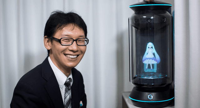 Hombre se casó con holograma de anime, en Tokio, y gastó más de 17,000 dólares para celebrar su boda