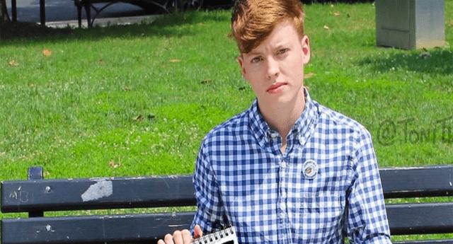 Chico transgénero sangra en público y presume su condición con orgullo.