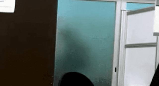Video fue censurado de Facebook. Un joven jamás imaginó que pillaría a dos empleados gubernamentales en una escena íntima, la cual decidió hacer viral. Foto: Captura.