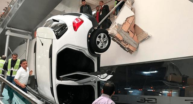 El carro cayó desde un piso superior hacia el suelo.