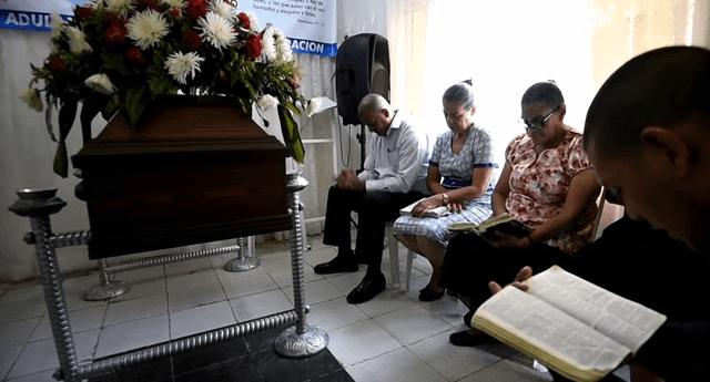 Padres de un joven fallecido desde hace dos años mantienen el cuerpo de su hijo en su casa porque esperan a que este resucite