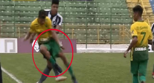 """Futbolista le hace un """"túnel"""" y en venganza le aplica una feroz patada."""