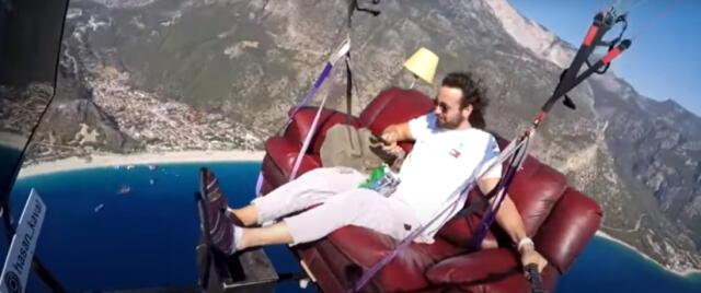 ¡Insólito! Youtuber hace parapente con sofá, televisión y papas fritas incluidos (VIDEO)