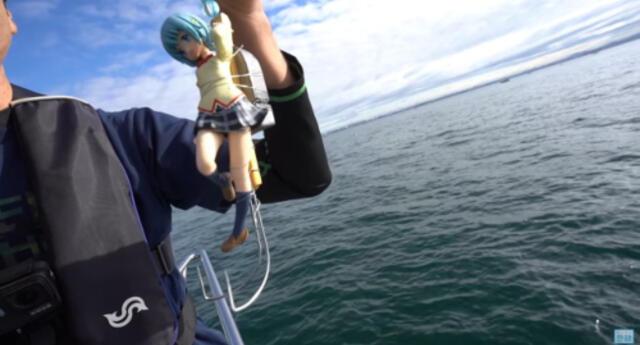 Un pescador usa un personaje de anime como cebo y termina atrapando a varios pulpos (VIDEO)