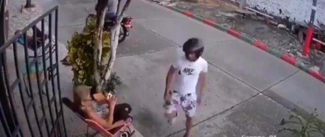 Una señora espanta a golpes a dos ladrones que se acercaron a robarle el celular (VIDEO)