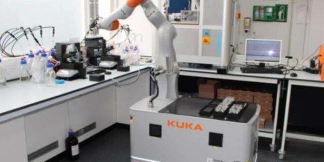 Este robot hace experimentos químicos y descubrimientos científicos (FOTOS)