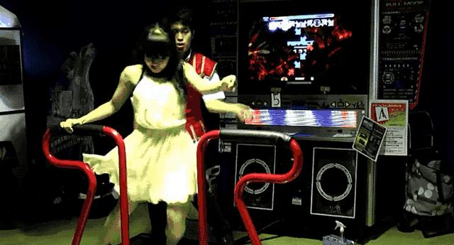 Riri y Penko sorprenden con su baile en arcades.