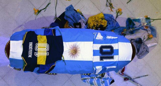Indignación y condena social tras difundirse fotos del cuerpo de Maradona con trabajadores de funeraria