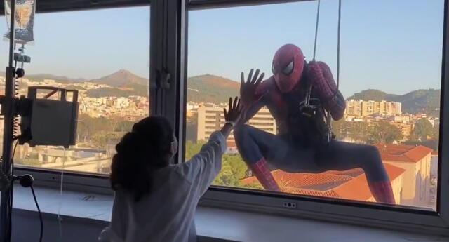 Spiderman sorprende a niños con cáncer en Navidad, bajando por las ventanas con regalos