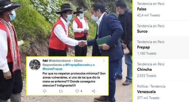 Isaías Pineda, congresista del Frepap, saluda con un apretón de manos a pobladores de Cusco.