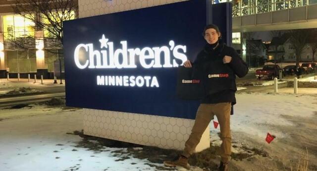 Hunter Kahn, usuario de Reddit de 20 años, aprovechó el gran momento que la comunidad de este foro logró con las acciones de GameStop y decidió usar parte de sus ganancias para regalar videojuegos al Hospital Infantil de Minnesota./Fuente: CNN.