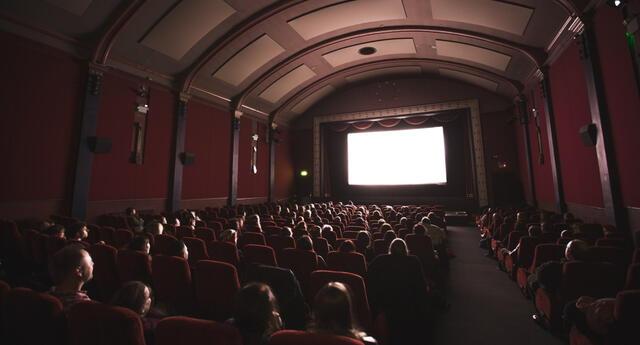 La pandemia del COVID-19 ha llevado a las salas de cine a replantearse estrategias para sobrellevar la ausencia de público consumidor en sus establecimientos./Fuente: Unsplash.