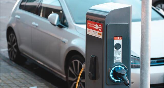 La capital federal de Estados Unidos ha desplegado la orden que prohíbe la venta de autos a gasolina para 2030./Fuente: Unsplash.