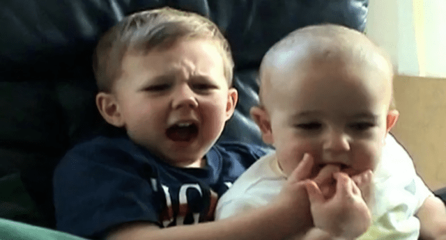 Charlie Bit My Finger, el popular video viral que acumula más de 800 millones de visualizaciones en YouTube, ha sido vendido./Fuente: YouTube.
